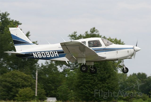 Piper Cherokee (N8090H) - Short Final runway 14, with a student at the controls!