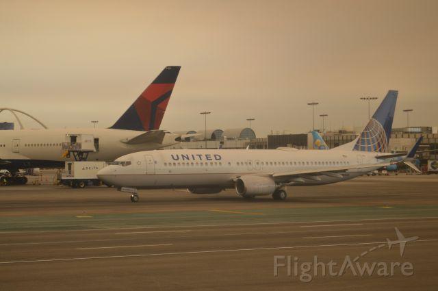 Boeing 737-800 (N78524) - Hazy morning sky at Los Angeles!
