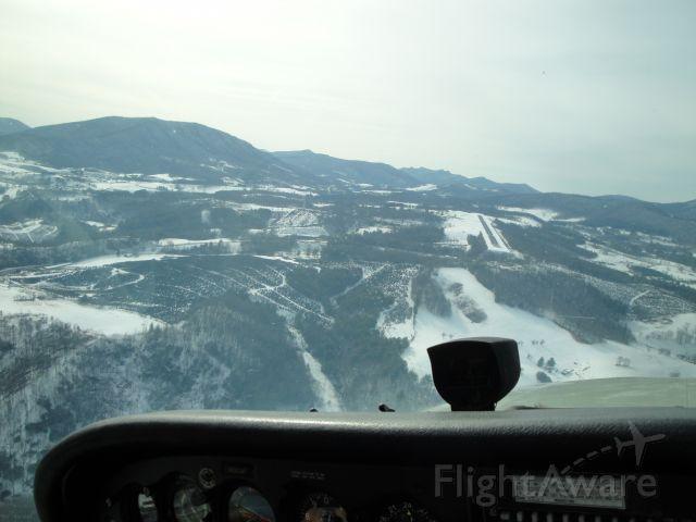 Cessna Skyhawk (N5209V) - Turning final Runway 28 Ashe County, NC.