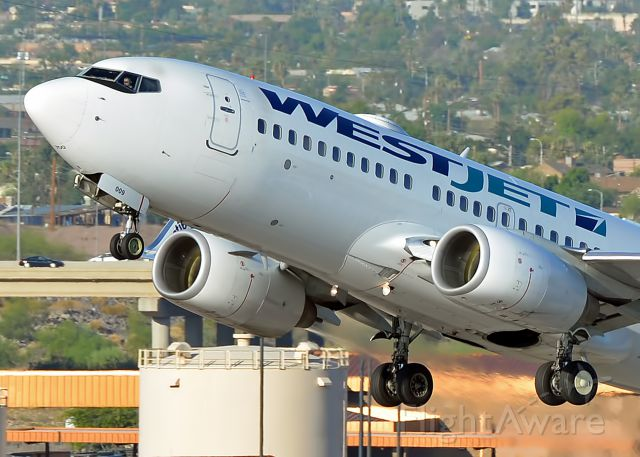 Boeing 737-700 (C-GUWS)