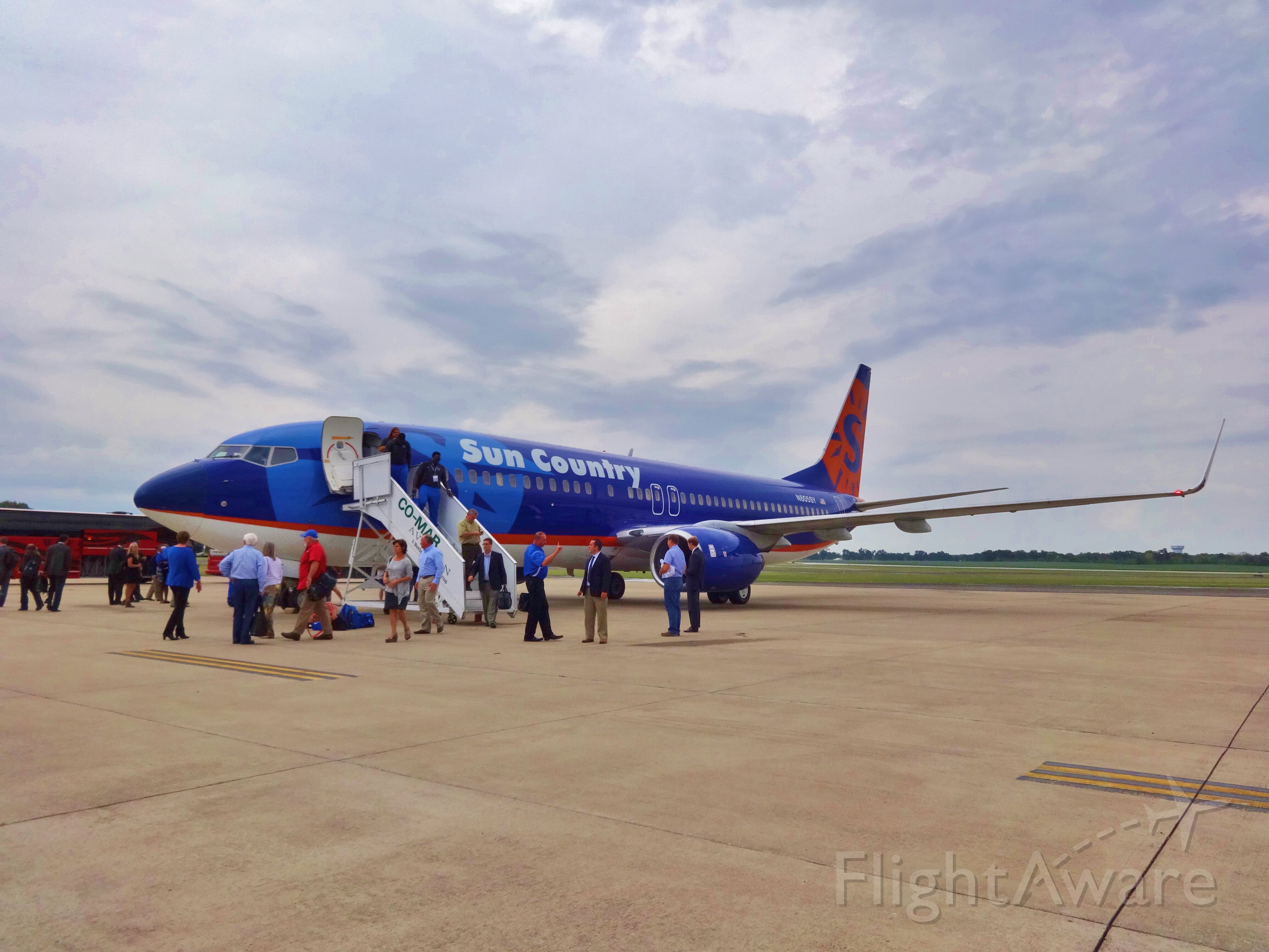 Boeing 737-700 (N805SY) - LSU football players deboarding a Sun Country 737 to play the WKU Hilltoppers.