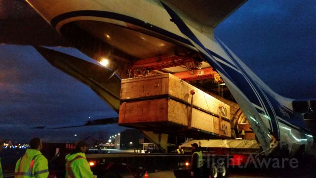 — — - ANTONOV AN-124-100 RA-82044 UNLOADING 737 VERTICAL FINS AT KBFI