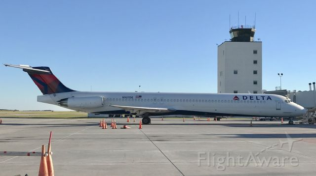 McDonnell Douglas MD-88 (N907DE)