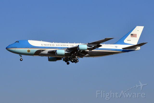 Boeing 747-200 (92-9000) - Obama-Medvedev START (Strategic Arms Reduction Treaty) summit in Prague (April 8, 2010)