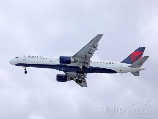 Boeing 757-200 (N652DL) - Spotting