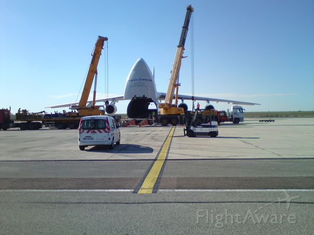 Antonov An-124 Ruslan (RA-82044) - Chargement d
