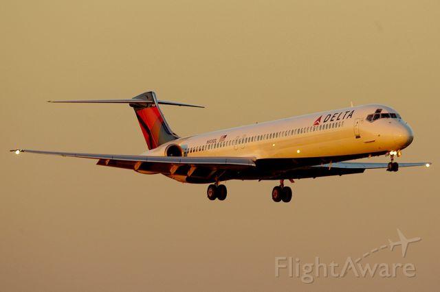 McDonnell Douglas MD-88 (N908DL) - Sunset arrival on 18C.