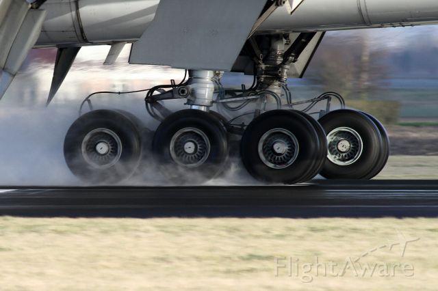 Boeing 777-200 (5Y-KQT)