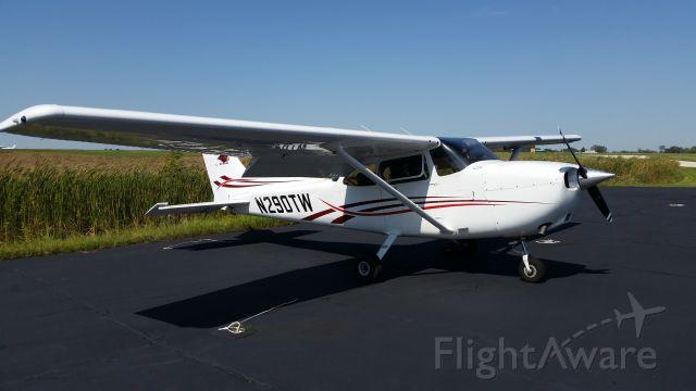 Cessna Skyhawk (N290TW) - Picture during preflight