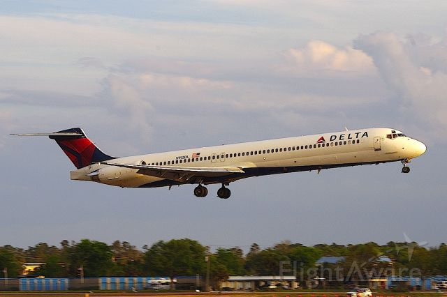 McDonnell Douglas MD-88 (N912DL) - Arriving with another load of Nascar fans ahead of the Daytona 500.