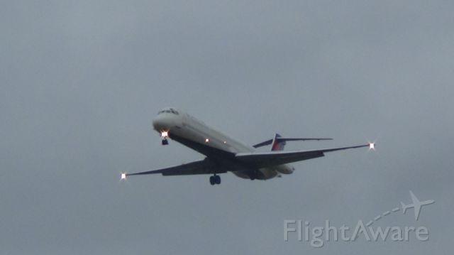McDonnell Douglas MD-88 (N917DL) - Landing runway 27.