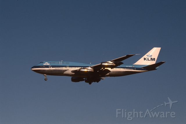 Boeing 747-200 (PH-BUW) - Final Approach to Narita Intl Airport Rwy34 on 1987/01/01