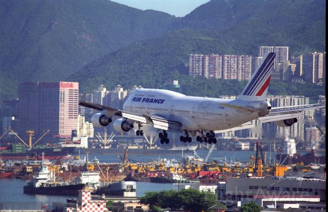 Boeing 747-400 (F-GEXB) - Short final at Kai Tak