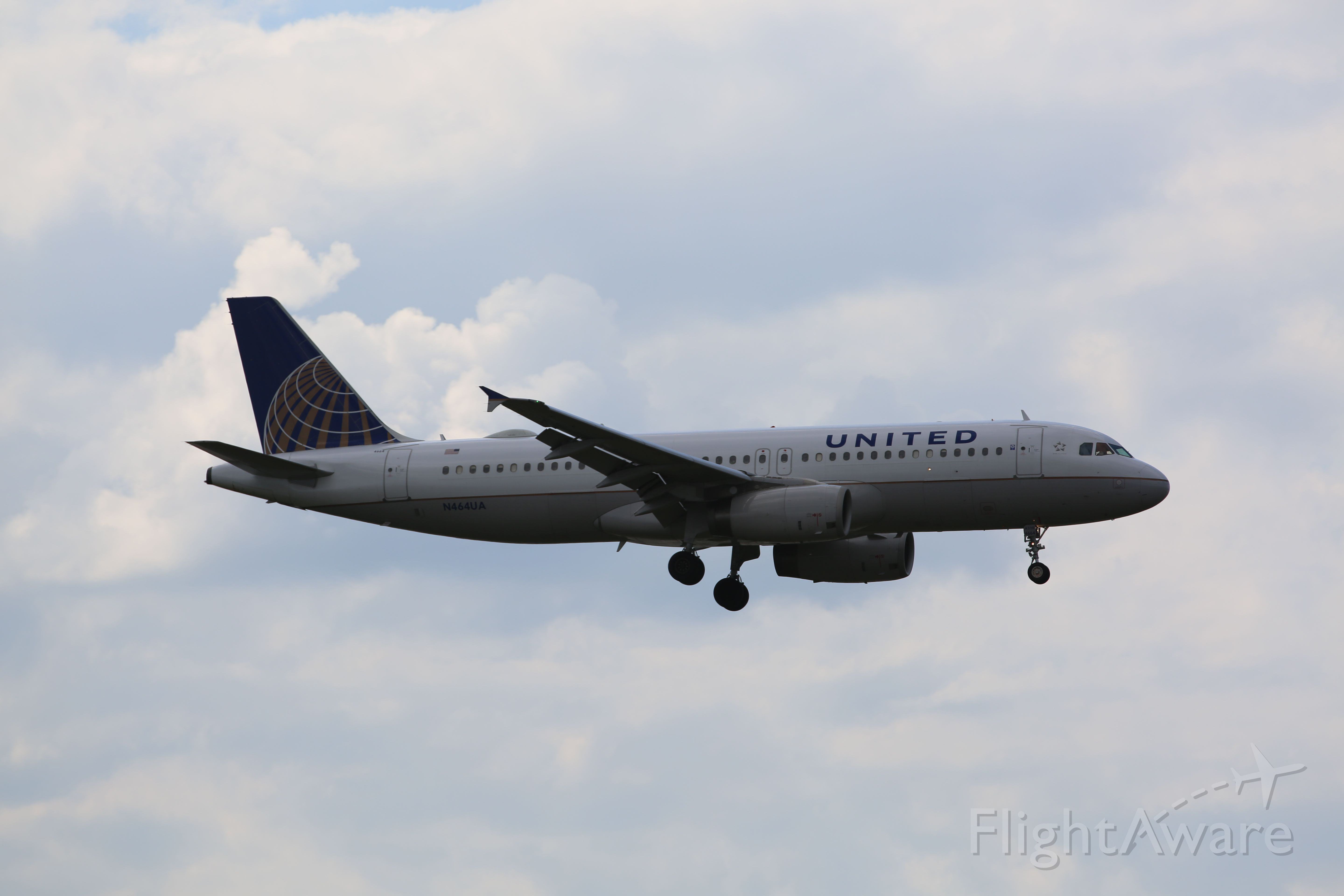 Airbus A320 (N464UA) - United A320 on final to 04L. Taken on 8/17/14