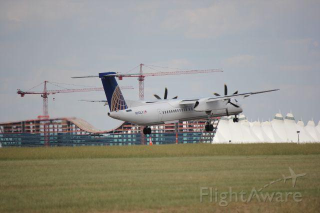 de Havilland Dash 8-400 (N502LX) - Landing 35L