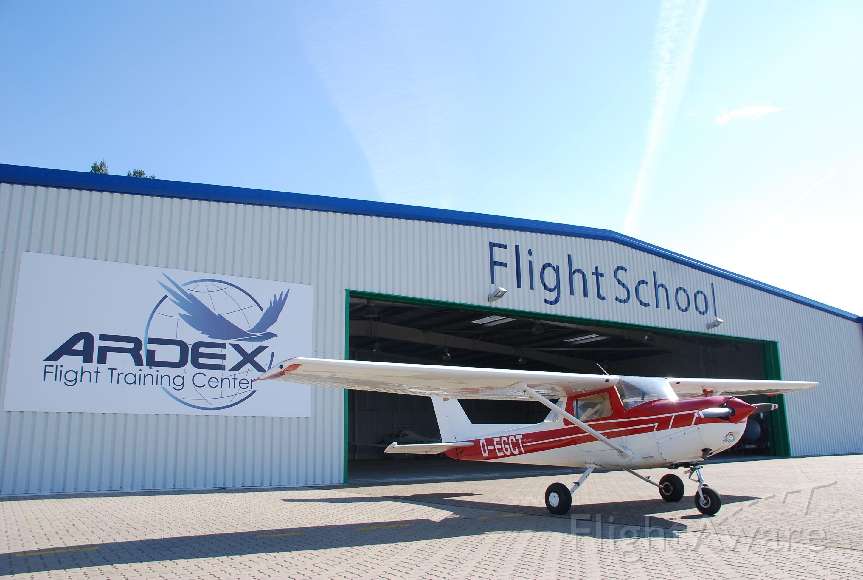 Cessna 152 (D-EGCT) - Vor dem ARDEX Hangar.