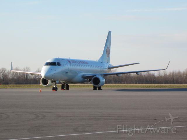 Embraer 175 (C-FFYG) - Leonard Cohen charter into kingston
