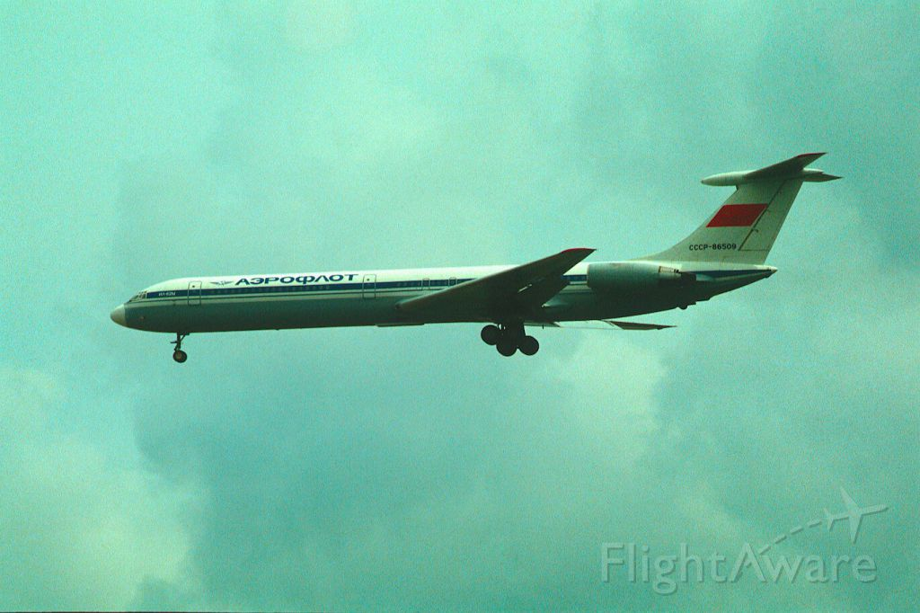 Ilyushin Il-62 (CCCP86509) - Final Approach to Narita Intl Airport Rwy34 on 1987/10/23