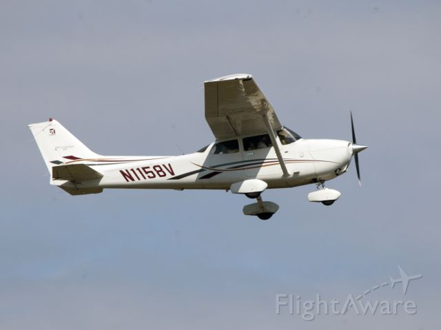Cessna Skyhawk (N1158V) - A very nice Skyhawk taking off at Farmingdale. Equipped with Garmin 1000 avionics.