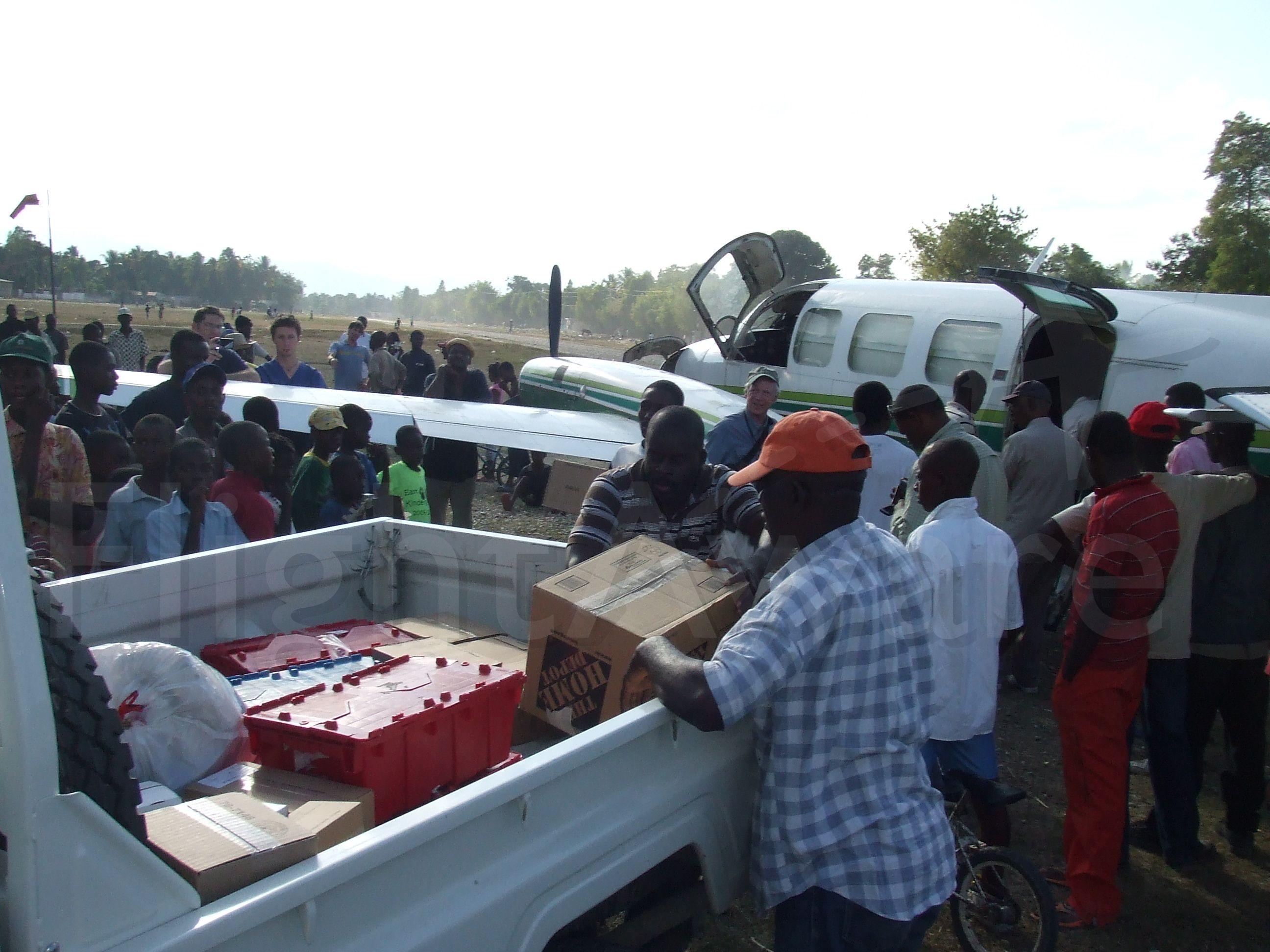 Piper Navajo (N27319) - Offloading emergency medical supplies at Hinche, Haiti