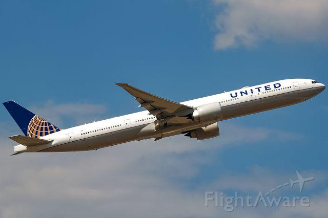 BOEING 777-300 (N2140U)