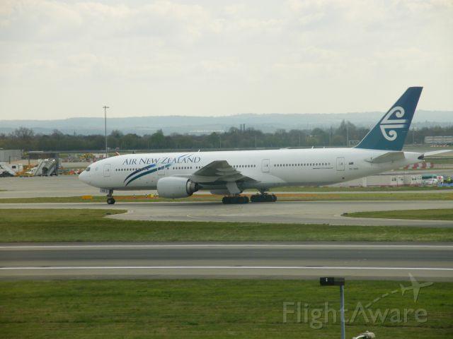 Boeing 777-200 (ZK-OKB) - ZK-OKB B777 AT EGLL ON 01/04/09