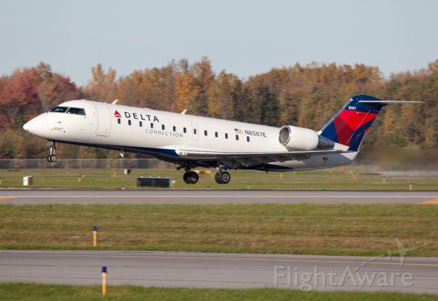 Canadair Regional Jet CRJ-200 (N8587E) - Take off RW28.