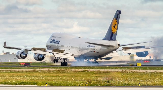 Boeing 747-400 (D-ABVW) - Lufthansa 744 planting the mains on runway 06L