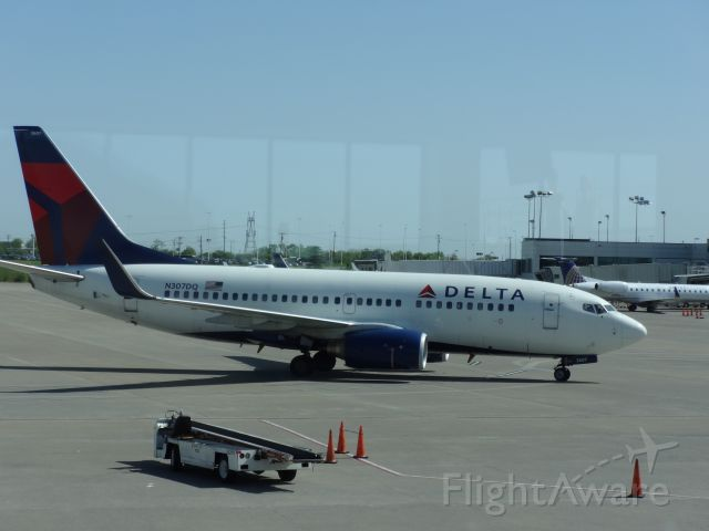 Boeing 737-700 (N307DQ) - In terminal. Taxing to the gate.