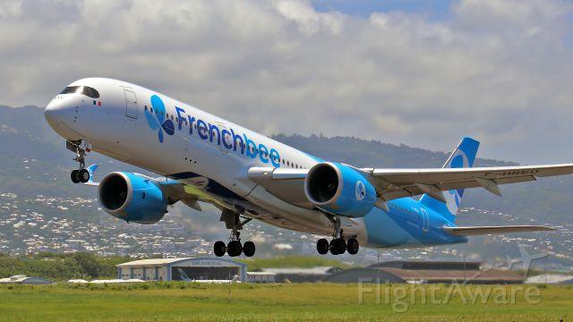 Airbus A350-900 (F-HREU) - Janvier 2019. Séjour à La Réunion.Décollage vers Paris-Orly.Un ptit coucou aux sympathiques photographes croisés là bas....C'est l'avion qui nous a emmené.