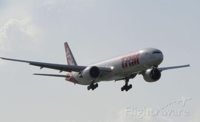 Boeing 777-200 (PT-MUJ)