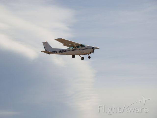 Cessna Skyhawk (N739KN) - 1978 Cessna 172 on approach for runway 20