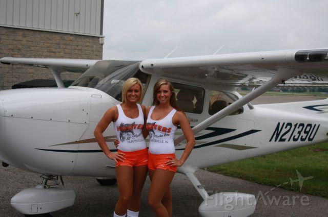 "Cessna Skyhawk (N2139U) - Hooters ""HOTT"" Lunch Rocket 95.1 Huntsville Flight Center"