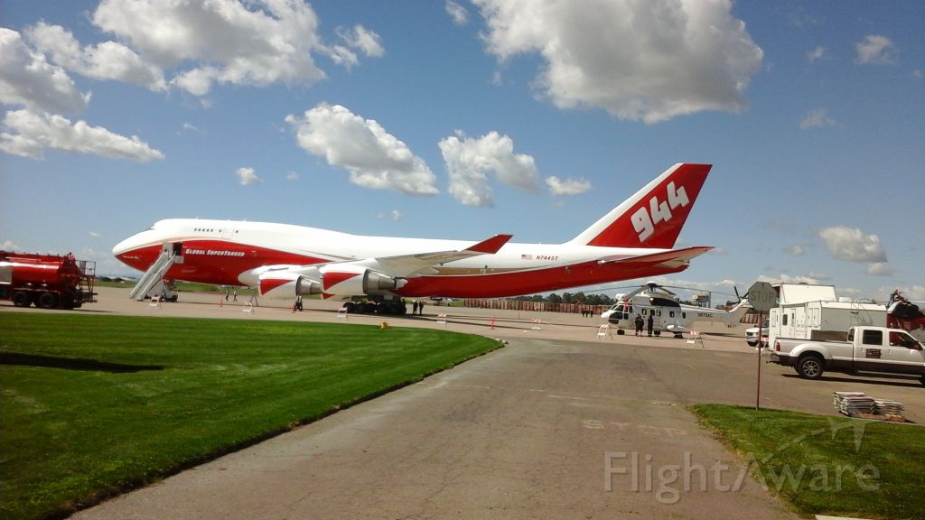 Boeing 747-400 (N744ST)