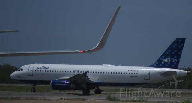 Airbus A320 (N705JB)