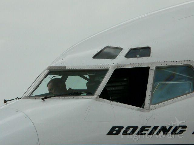 Boeing 737-700 (C-FLEN)