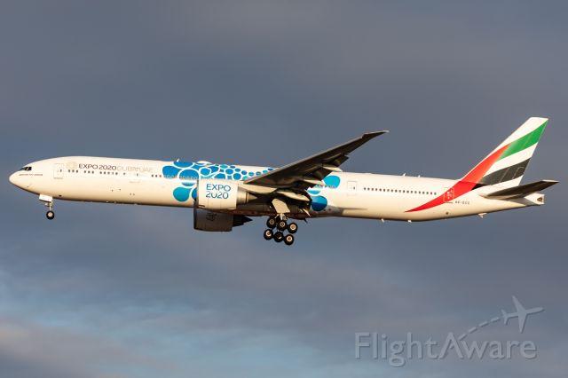 BOEING 777-300ER (A6-ECC)