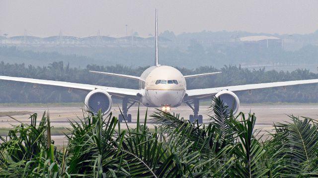 BOEING 777-300 (HZ-AK13)