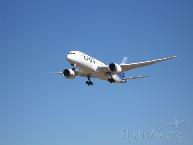 Boeing Dreamliner (Srs.8) (CC-BBC) - Landing B787 LAN in SCEL RWY 17R <br />8 December