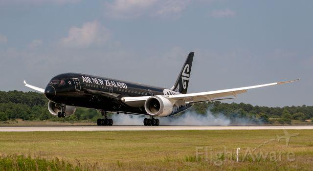 Boeing 787-9 Dreamliner (ZK-NZE) - All black!