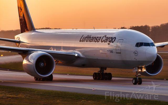 Boeing 777-200 (D-ALFD)