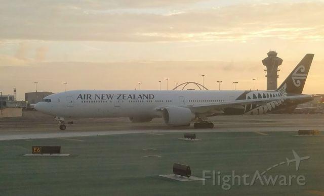 — — - Air NZ B777-300--LAX