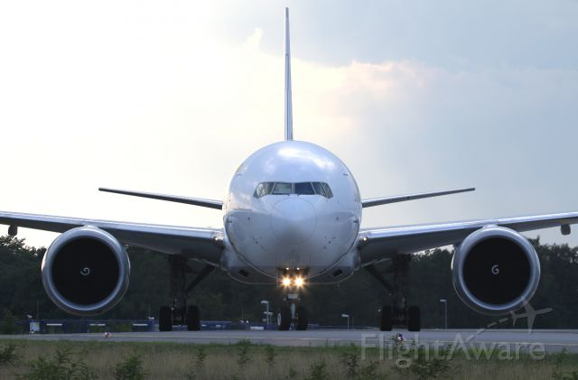 BOEING 777-200LR (D-AALF) - face to face
