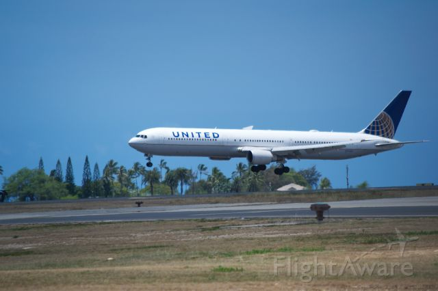 BOEING 767-400 (N76065) - A United 767-400 about to touch down on 8L in Honolulu from a long flight from Newark.