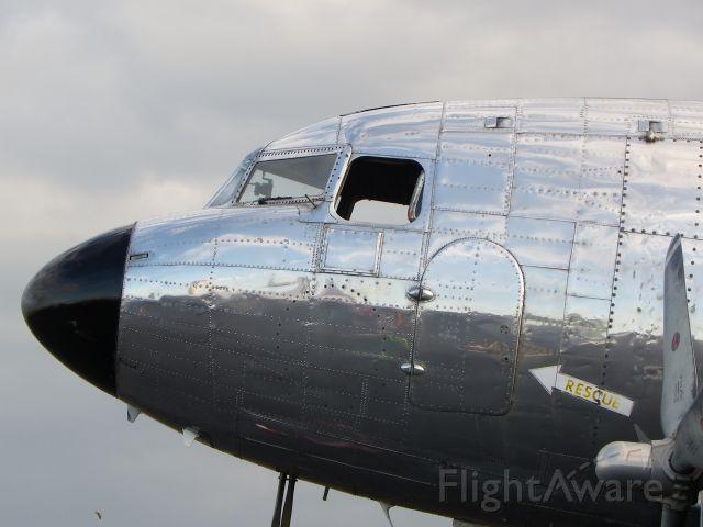 Douglas DC-3 (N587MB)