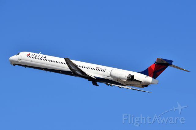 McDonnell Douglas MD-90 (N950DN)
