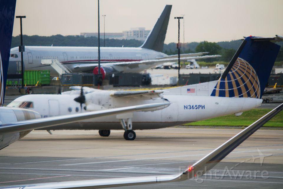de Havilland Dash 8-200 (N365PH) - United Express (Commutair) N365PH, Washington Dulles International Airport (IAD)