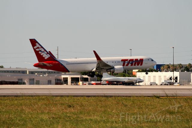 BOEING 767-300 (PT-MOC)