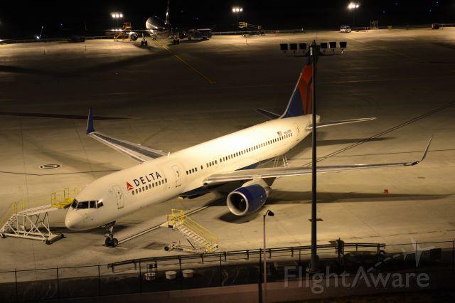 Boeing 757-200 (N669DN) - 8/9/15