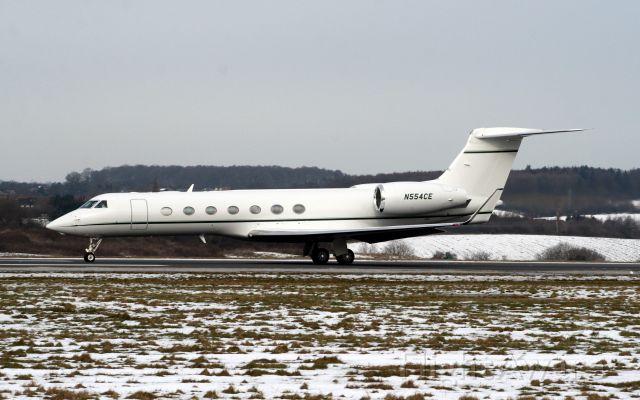 Gulfstream Aerospace Gulfstream V (N554CE) - Departing rwy 26 on 12-Feb-09 heading for KHPN.